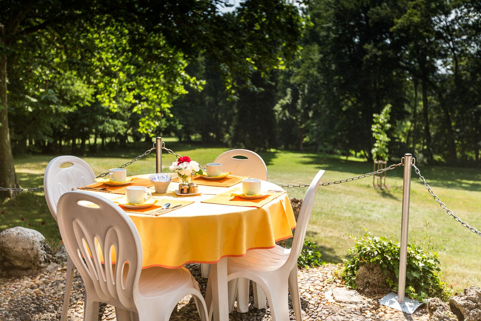 Hôtel-Moulins-Terrasse Petit Déjeuner